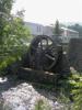 Vieille roue à eau, avec en arrière-plan, les Thermes